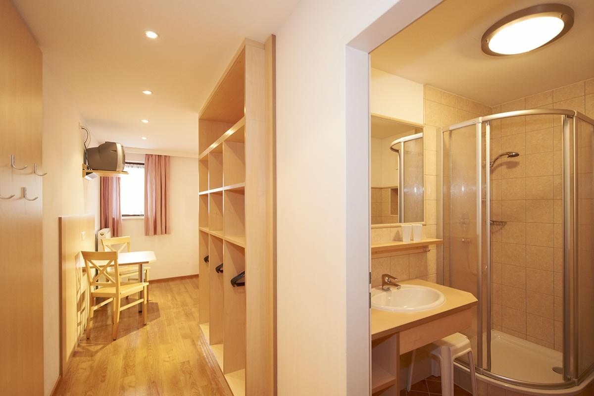 gem tlich modern ausgestattete zimmer jugendg stehaus lindenhof eben. Black Bedroom Furniture Sets. Home Design Ideas